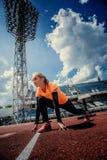Dünne blonde Frau in der Sportkleidung, die Übungen tut Stockfotos
