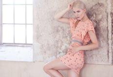 Dünne blonde Frau im rosa Kleid Lizenzfreie Stockfotos