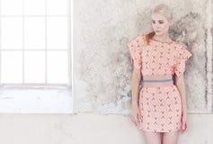 Dünne blonde Frau im rosa Kleid Stockfotos