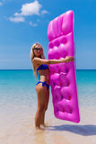 Dünne Blondine mit Luftmatraze-Tropenstrand lizenzfreies stockbild