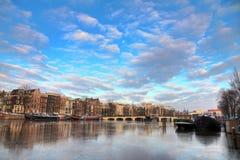Dünne Brücke des Wintermorgens Stockfotografie