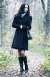 Dünne Brunettefrau, die in einen Park geht Lizenzfreies Stockbild