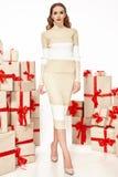 Dünne dünne Zahl moderner modischer Mantel des Abendmakes-up, Kleidungssammlung, Brunette, Geschenkkästen der schönen jungen Stockfoto