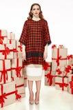 Dünne dünne Zahl moderner modischer Mantel des Abendmakes-up, Kleidungssammlung, Brunette, Geschenkkästen der schönen jungen sexy Lizenzfreie Stockfotos