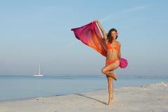 Dünne Frau auf dem Strand, der ihren Gewichtverlust zeigt Stockfotografie