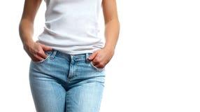 Dünne Frau in den Jeans und in den weißen T-Shirts Lizenzfreie Stockbilder