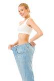 Dünne Frau, die auf alten Jeans versucht Stockfoto