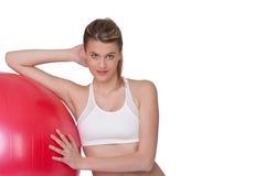 Dünne Frau mit roter gymnastischer Kugel Stockfotos