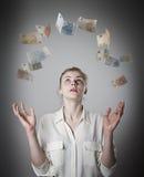 Dünne Frau und Euro Mädchen mit ihren Händen oben Lizenzfreie Stockbilder