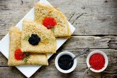 Dünne Hefepfannkuchen mit rotem und schwarzem Kaviar Stockbild