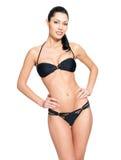 Dünne Karosserie der jungen Frau im schwarzen Bikini Stockfotos