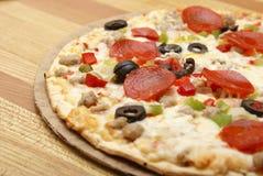 Dünne Kruste-deluxe Pizza stockbild