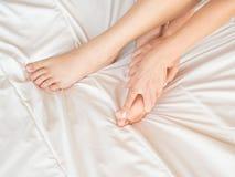 Dünne, perfekte und schöne gekreuzte Frauenbeine auf Bett Geerntetes Bild von auf Bettschönheit erotisch herein liegen stockfoto