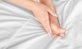 Dünne, perfekte und schöne gekreuzte Frauenbeine auf Bett Geerntetes Bild von auf Bettschönheit erotisch herein liegen stockbilder