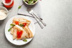 Dünne Pfannkuchen dienten mit rotem Kaviar auf Platte Lizenzfreie Stockbilder