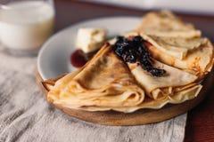 Dünne Pfannkuchen für Frühstück russisches bliny Maslenitsa Stockbild