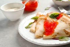 Dünne Pfannkuchen gedient mit rotem Kaviar Lizenzfreie Stockbilder