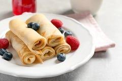 Dünne Pfannkuchen mit Beeren Lizenzfreies Stockbild