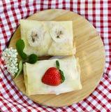 Dünne Pfannkuchen mit Beeren Lizenzfreie Stockfotografie