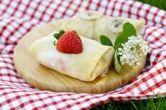 Dünne Pfannkuchen mit Beeren Stockbilder