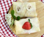 Dünne Pfannkuchen mit Beeren Lizenzfreies Stockfoto
