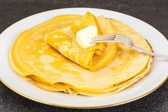 Dünne Pfannkuchen mit Milch Stockfoto