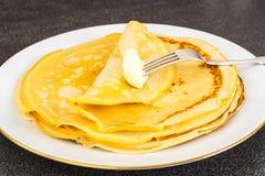 Dünne Pfannkuchen mit Milch Lizenzfreie Stockfotografie