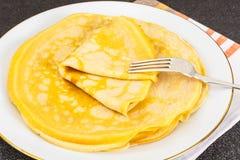 Dünne Pfannkuchen mit Milch Lizenzfreie Stockfotos
