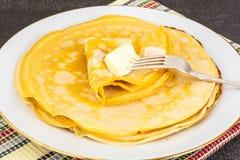 Dünne Pfannkuchen mit Milch Lizenzfreie Stockbilder