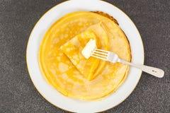 Dünne Pfannkuchen mit Milch Lizenzfreies Stockfoto