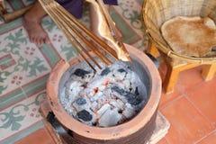 Dünne Scheiben des thailändischen Lebensmittels des Reismehls crisped über einem offenen Feuer lizenzfreie stockfotografie