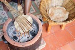 Dünne Scheiben des thailändischen Lebensmittels des Reismehls crisped über einem offenen Feuer stockfoto