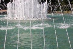 Dünne Ströme des Wassers auf dem Brunnen Wassertropfen und frische Ströme der Feuchtigkeit Stockfotos