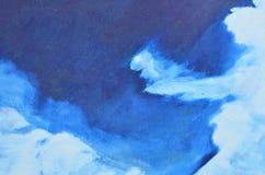 Dünne und breite weiße Aquarellabstriche auf einem blauen Hintergrund Lizenzfreie Stockfotos