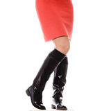 Dünne weibliche Beine in den dunklen hohen Absätzen Stockfotos