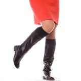Dünne weibliche Beine in den dunklen hohen Absätzen Lizenzfreie Stockfotografie