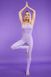 Dünne Zahl des schönen jungen sexy blonden Athleten der Frau perfekten in der ausdehnenden Gymnastikübung, Trainer, Eignungsgesun Lizenzfreie Stockbilder