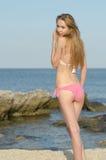 Dünner attraktiver blonder tragender Bikini Lizenzfreie Stockfotos