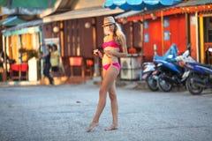 Dünner blonder tragender Badeanzug der jungen Frau Stockfotos