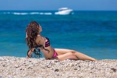 Dünner Brunette in dem Meer Stockfotos