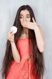 Dünner des Mädchens Blick gierig auf Zefir lizenzfreie stockfotografie