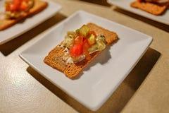 Dünner flacher Crouton der Nahaufnahme mit Soße und Salat von oben stockbilder