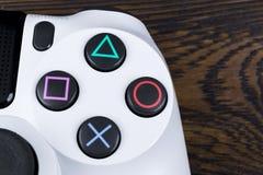 Dünner Gamecontroller Revision 1Tb und dualshock Sony PlayStations 4 Spielkonsole mit einem Steuerknüppel Heimvideospielkonsole lizenzfreie stockbilder