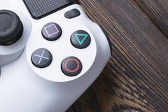 Dünner Gamecontroller Revision 1Tb und dualshock Sony PlayStations 4 Spielkonsole mit einem Steuerknüppel Heimvideospielkonsole lizenzfreies stockbild