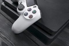 Dünner Gamecontroller Revision 1Tb und dualshock Sony PlayStations 4 Spielkonsole mit einem Steuerknüppel Heimvideospielkonsole a stockfoto