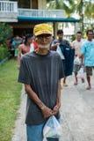 Dünner Mann mit Lebensmittelhilfe - Erdbebenopfer Lizenzfreie Stockfotografie