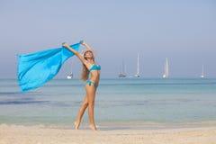 Dünner Sitz der Strandfrau und gesund Stockfoto