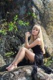 Dünnes blondes Reisen in die Berge Lizenzfreie Stockfotos