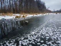 Dünnes Eis auf dem Fluss mit offenem Wasser Russland, UralJanuary, Temperatur -33C Lizenzfreies Stockfoto