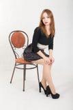 Dünnes Mädchen auf einem Stuhl Stockfotos